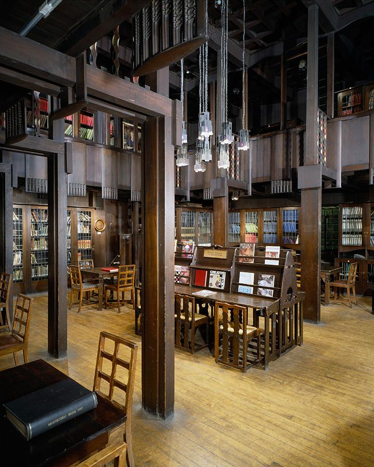 Интерьер библиотеки Школы изящных искусств в Глазго, погибший при пожаре.