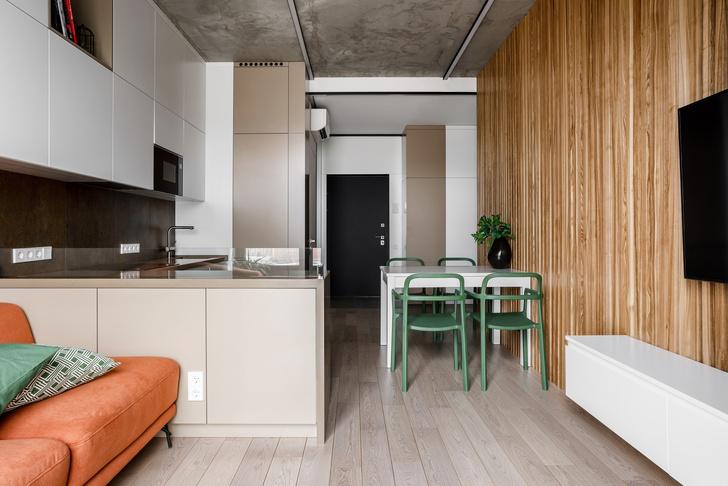 Лаконичная квартира с бетонным потолком и деревянными стенами 71 м² (фото 0)