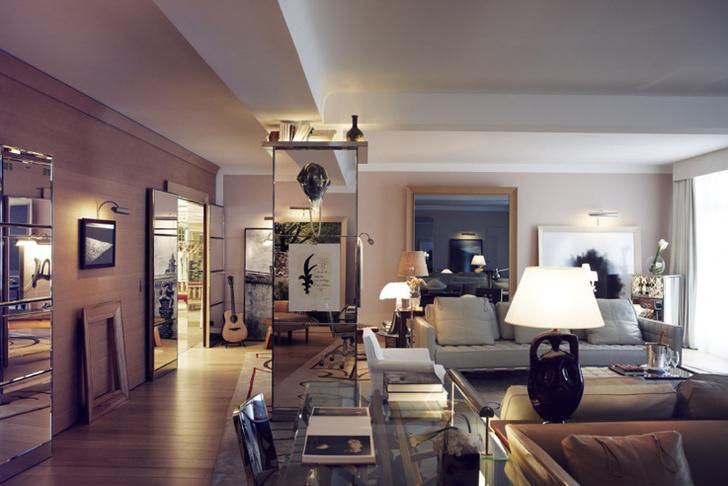 Каждый номер отеля оформлен в своем ключе – с уникальным подбором дизайн-объектов и альбомов по искусству.
