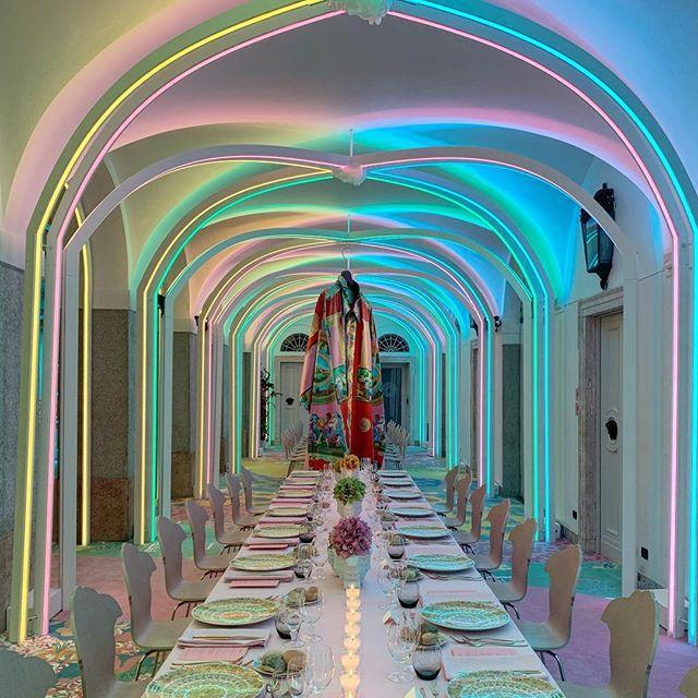 «Неоновая» премьера коллекции Versace Home в Милане (фото 9)