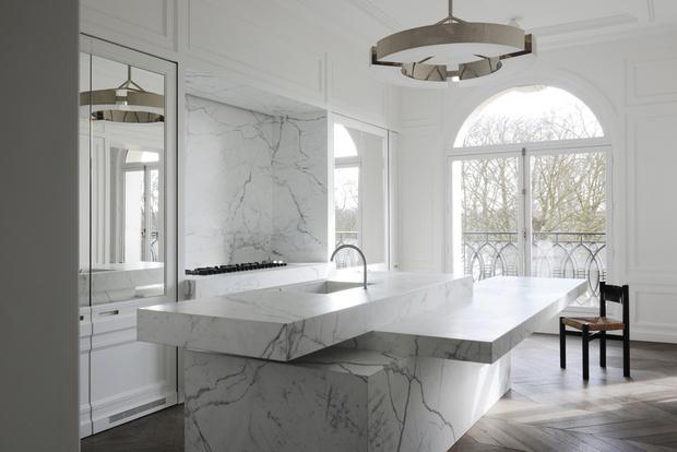 Кухня в белом цвете. Вся техника спрятана внутри монолитной конструкции из мрамора Calacatta di Cretola. Светильник выполнен на заказ компанией Ozone Light. Стул, дизайн Шарлотты Перриан. Кухня, Boffi.