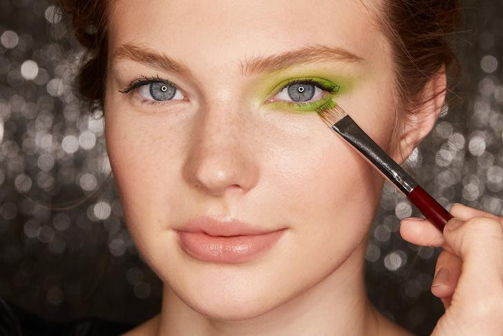 Поэтапная инструкция: 2 новогодних макияжа от визажистов Елены Крыгиной (фото 6)