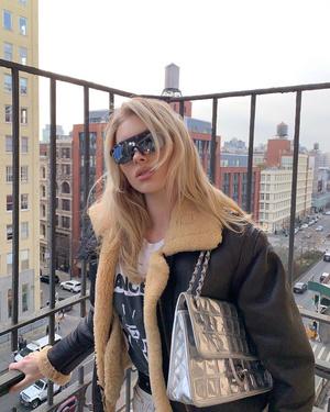 Из будущего: Эльза Хоск в очках District Vision с винтажной сумкой Chanel (фото 0.2)