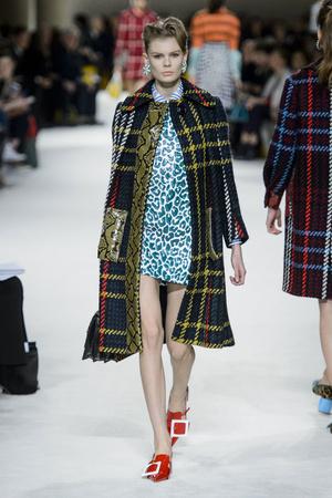 Показы мод Miu Miu Осень-зима 2015-2016 | Подиум на ELLE - Подиум - фото 4307