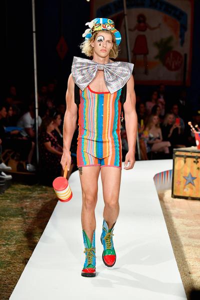 Прекратите этот цирк: новая коллекция Moschino Resort (галерея 1, фото 97)