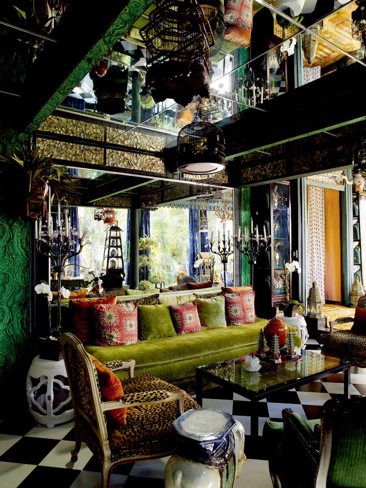 Столовая. Чтобы визуально «приподнять» низкий потолок бывшего гаража, декоратор облицевал его зеркальными панелями. Мебель — из коллекции Дюкетта.