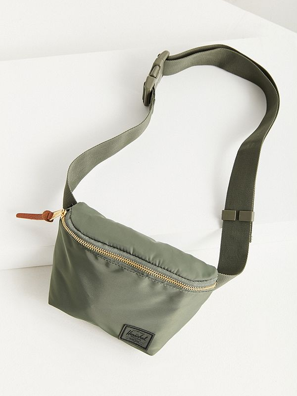 20 стильных поясных сумок на лето (фото 7.2)
