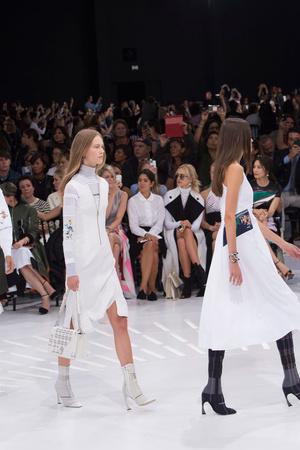 Показ Christian Dior коллекции сезона Весна-лето 2015 года Prêt-à-porter - www.elle.ru - Подиум - фото 590875