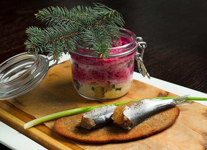 Сельдь под шубой с пряной килькой, фаршированной щучьей икрой на чесночном хлебе