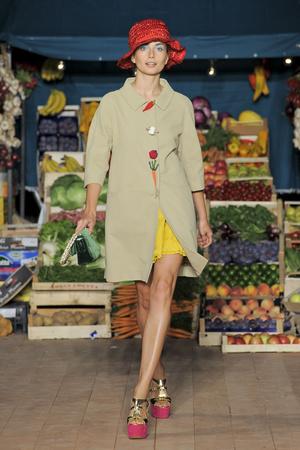 Показ Moschino Cheap & Chic коллекции сезона Весна-лето 2012 года Prêt-à-porter - www.elle.ru - Подиум - фото 303991