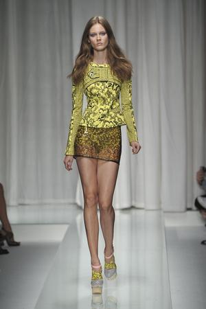 Показ Versace коллекции сезона Весна-лето 2010 года prêt-à-porter - www.elle.ru - Подиум - фото 117601