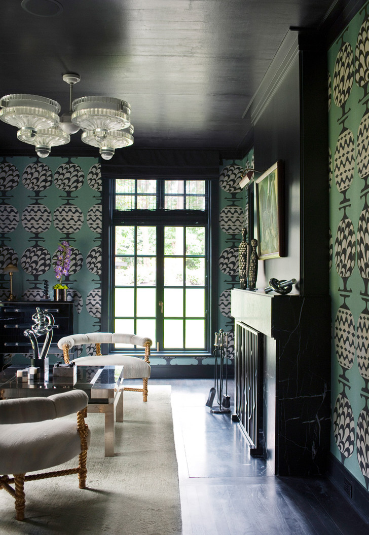 Гостиная. Люстра 1960-х годов, дизайн Пола Ласло, приобретена в магазине Fat Chance. Обои, de Gournay.