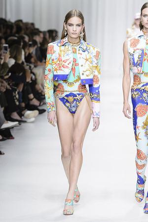 Показ Versace коллекции сезона Весна-лето 2018 года Prêt-à-porter - www.elle.ru - Подиум - фото 639551