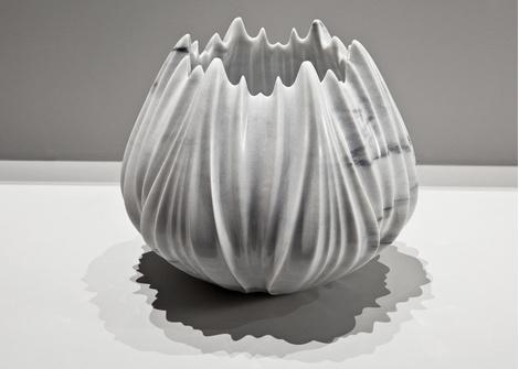 Мраморные вазы и столы от Захи Хадид | галерея [1] фото [4]