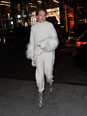 Белый ангел: Джиджи Хадид в свитере и брюках Sally LaPointe (фото 1)
