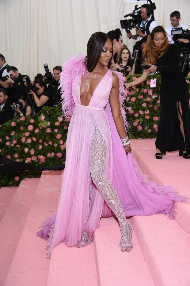 Богиня в розовом: Наоми Кэмпбелл в прозрачном платье и кружевных колготках Valentino Haute Couture (фото 2)