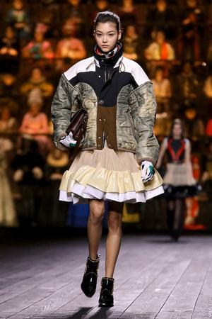 Как носить пуховик с вечерним платьем? Ответ найдете на показе Louis Vuitton (фото 2.2)