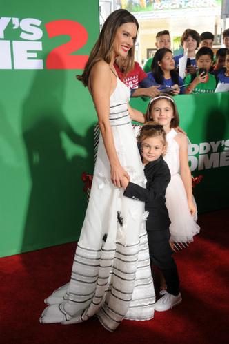 Алессандра Амбросио с детьми на премьере в Вествуде фото [3]