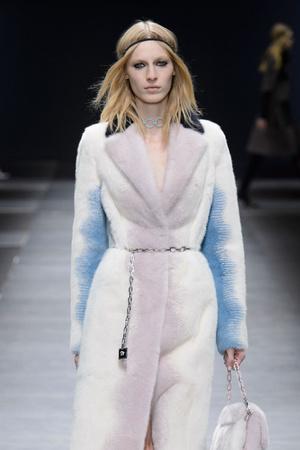 Показ Versace коллекции сезона Осень-зима 2016-2017 года Prêt-à-porter - www.elle.ru - Подиум - фото 605505