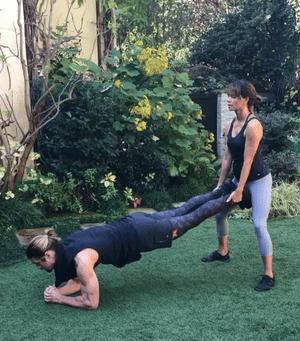 51-летняя Холли Берри и ее сексуальный тренер занимаются фитнесом (видео) (фото 2)