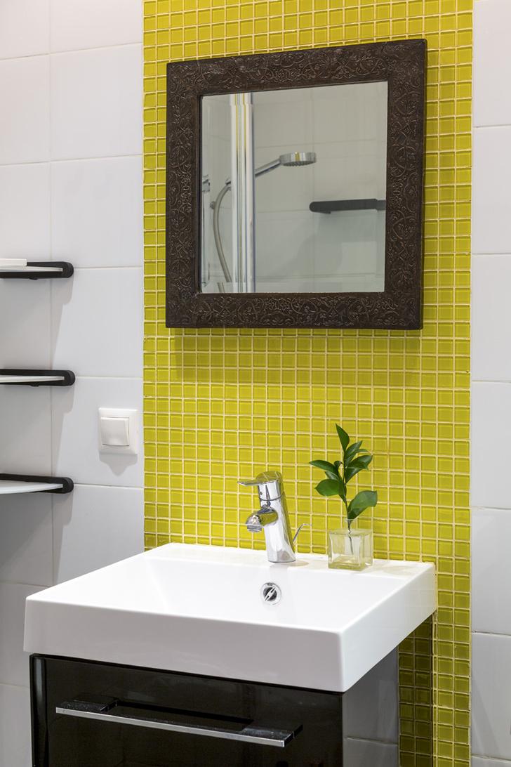 Ванная комната. Cтеклянная мозаика, Vidrepur. Плитка, Vitra. Зеркало, интернет-магазин Westwing.