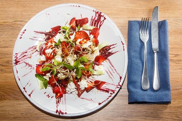 Салат из томатов с клубникой и брынзой летние салаты с фото