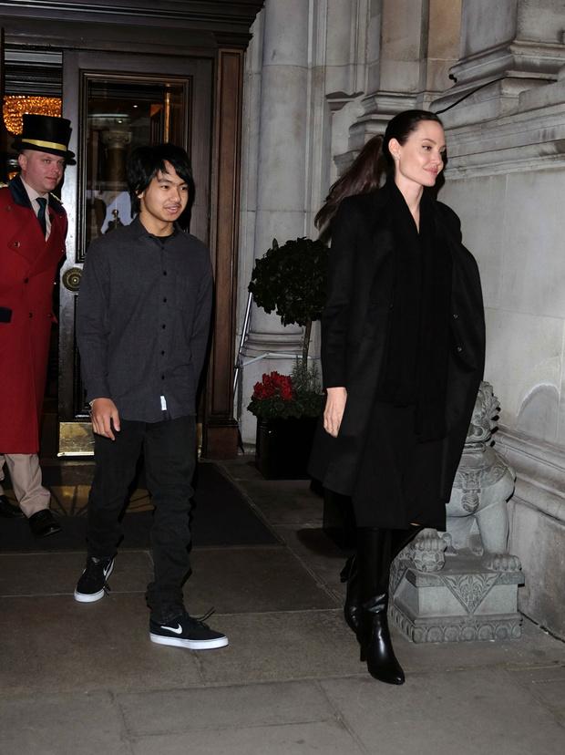 Мэддокс и Анджелина Джоли в Лондоне фото
