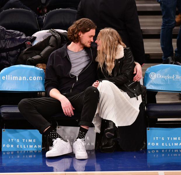 Спортивное свидание: Дакота Фаннинг и ее бойфренд на баскетбольном матче (фото 2)