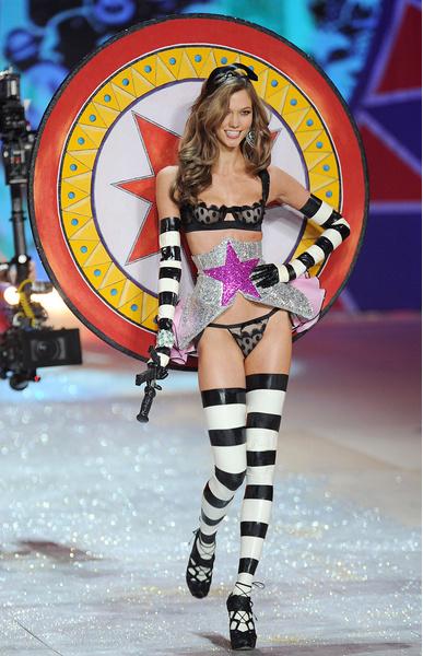Карли Клосс покидает Victoria's Secret | галерея [1] фото [2]