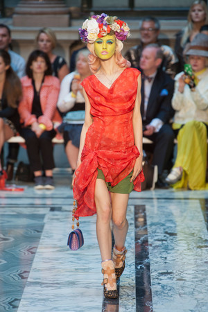 Показ Vivienne Westwood Red Label коллекции сезона Весна-лето 2013 года Prêt-à-porter - www.elle.ru - Подиум - фото 429416