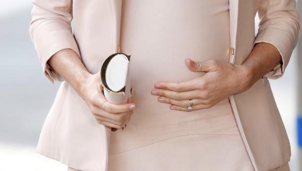 Феминистское значение кольца Меган Маркл на большом пальце (фото 2)