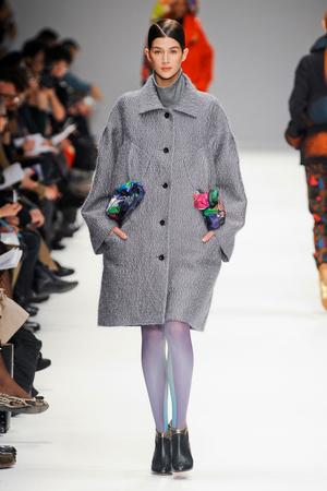 Показы мод Issey Miyake Осень-зима 2012-2013 | Подиум на ELLE - Подиум - фото 1418