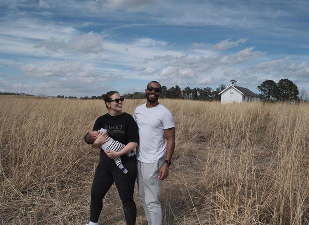 Семейный портрет: Эшли Грэм с мужем и сыном в Небраске (фото 1)
