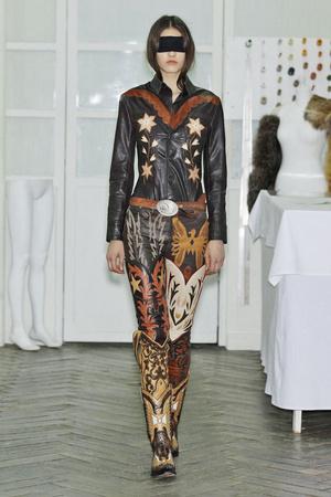 Показ Maison Martin Margiela коллекции сезона Осень-зима 2010-2011 года Haute couture - www.elle.ru - Подиум - фото 167114