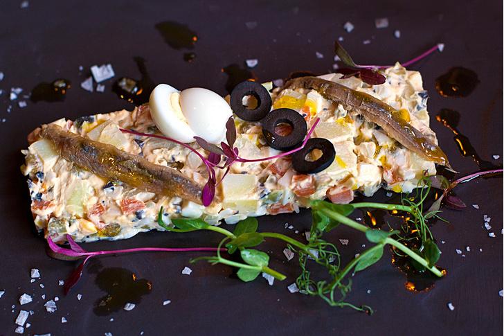 Энсалада Руса с маслинами и анчоусами