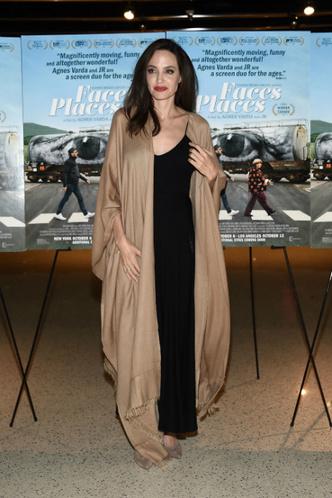 Дженнифер Лоуренс и Анджелина Джоли на премьере фильма «Лица, деревни» фото [4]