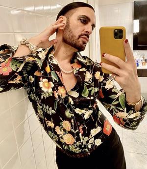 Цветочная рубашка и яркие смоки: «весенний» образ Марка Джейкобса (фото 1.2)