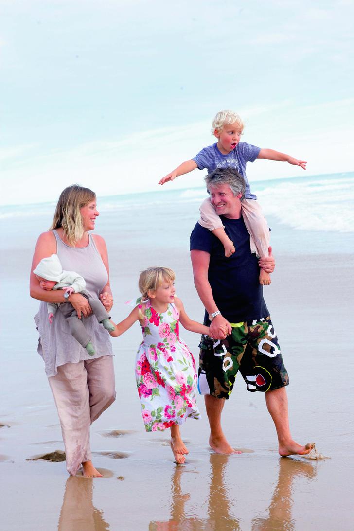 Джулиан и Тревин Макгован с дочерью Руби и сыновьями Закари и Гэбриэлом.