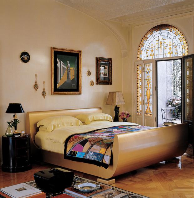 В интерьере спальни Донателлы доминирует эффектная металлическая кровать, дизайн Джулиана Шнабеля. Над кроватью — авторская копия картины Джорджо де Кирико «Великий метафизик».