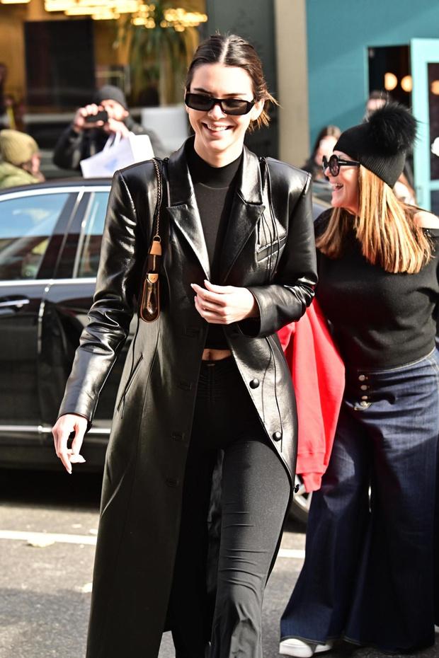 Мы загружены в «Матрицу»: Кендалл Дженнер и ее черный кожаный плащ (фото 1)