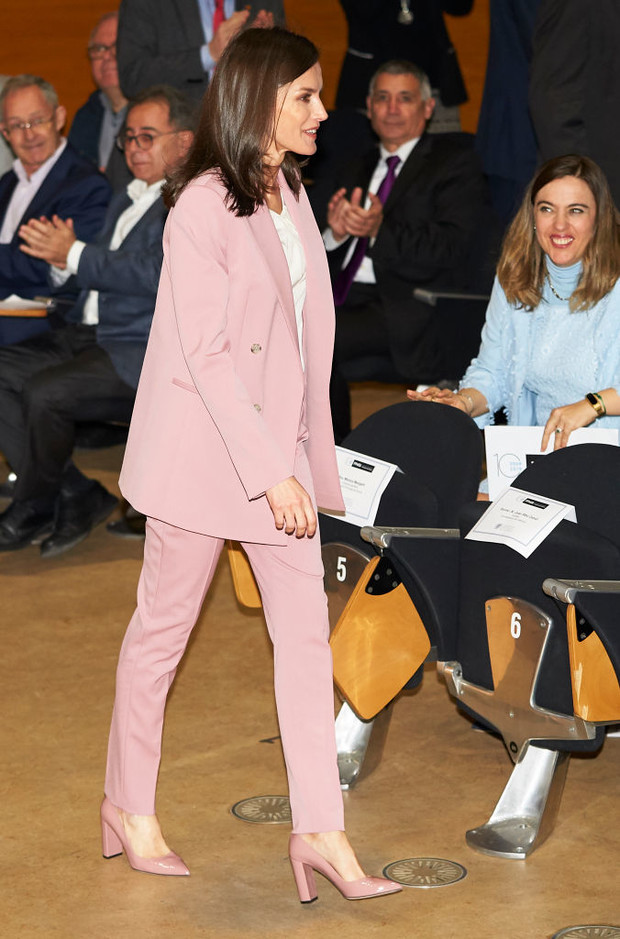 Лети лепесток: пудрово-розовый костюм королевы Летиции (фото 3)