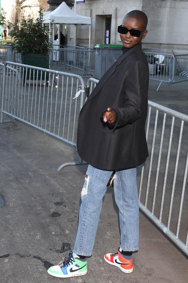Носите разноцветные кроссовки, как это делает Адут Акеч (фото 5)