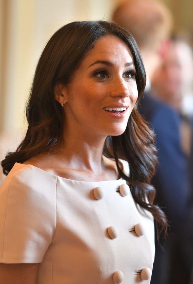 Меган Маркл вплатье Pradaнаприеме вБукингемском дворце (фото 4.2)