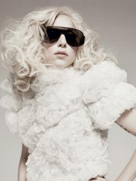 Топ из пластика,  Karl Lagerfeld; трусы,  Frederick's of Hollywood; солнцезащитные очки,  Linda Farrow Projects