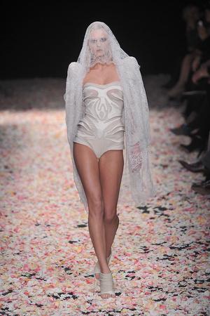Показ Givenchy коллекции сезона Весна-лето 2009 года Haute couture - www.elle.ru - Подиум - фото 86806