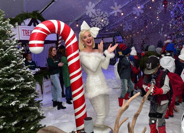 Кэти Перри на рождественской вечеринке (фото 1)
