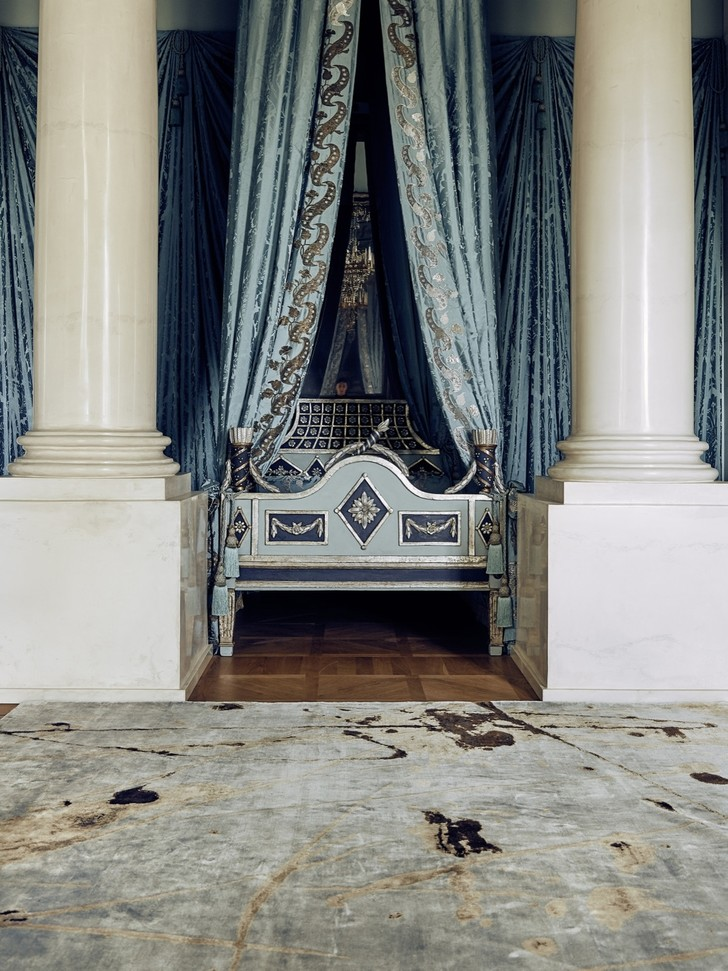Дизайнерские ковры в классическом интерьере (фото 7)