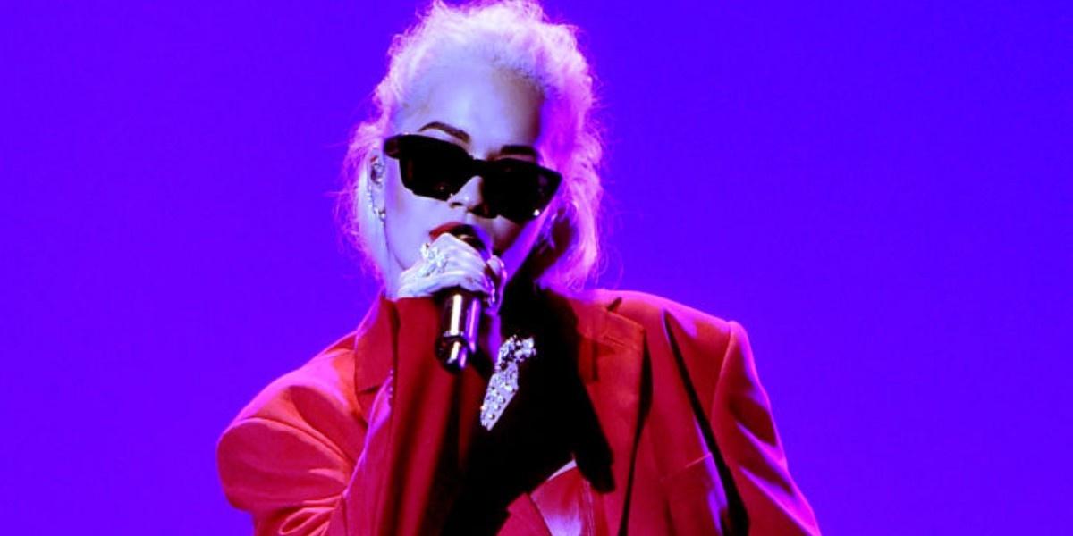 Женщина в красном: Рита Ора выступила на People's Choice Awards