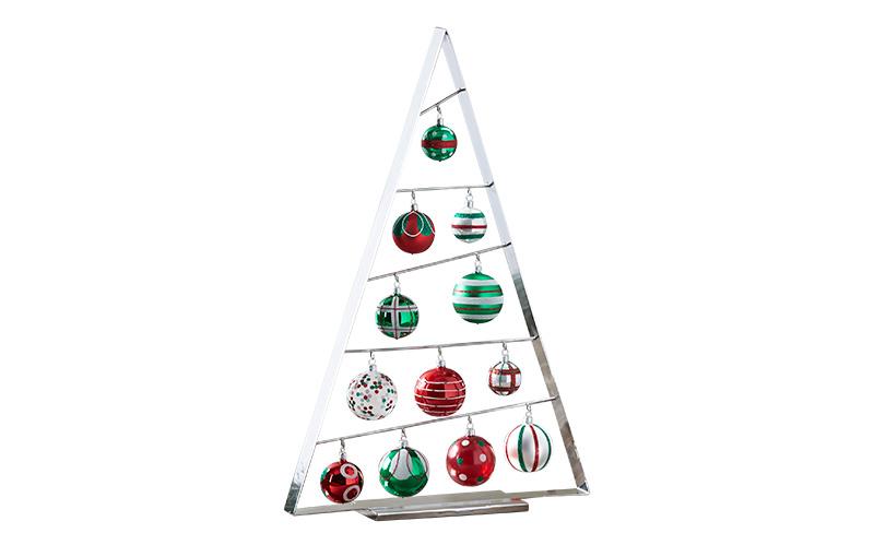 Новогодняя елка Ornament Tree, 2500 руб., и елочные игрушки Mini Red/Green Ornament, 2200 руб. за набор, все — Crate and Barrel, магазин Crate and Barrel.
