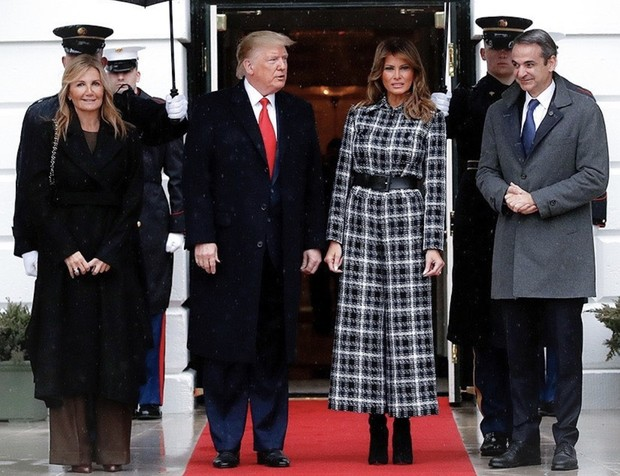 Комбинезон в клетку для официальной встречи: неожиданный выход Мелании Трамп (фото 1)